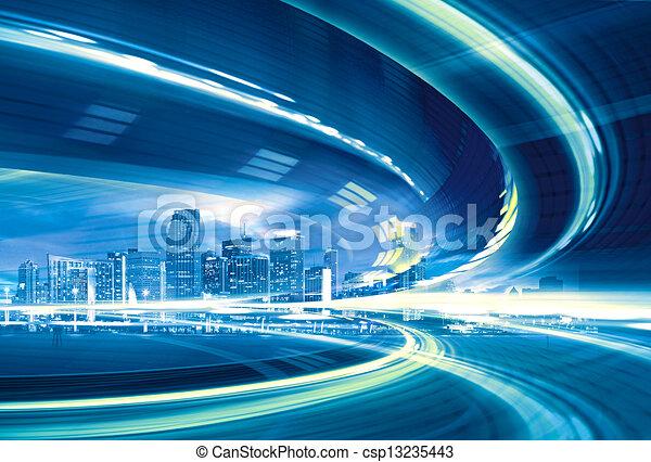 Austración de una autopista urbana que va a la ciudad moderna del centro, movimiento rápido con senderos de luz coloridos. - csp13235443