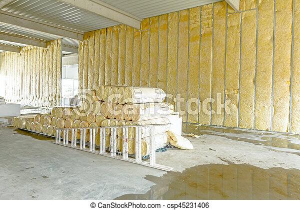 Un paquete de material de aislamiento térmico, lana de roca está envuelta en papel de aluminio. Usó una escalera de madera - csp45231406