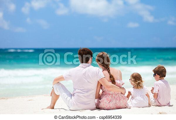 Familia en vacaciones de Caribe - csp6954339