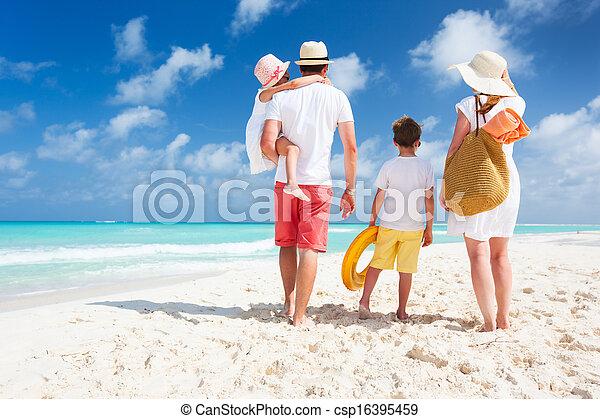 Vacaciones familiares en la playa - csp16395459
