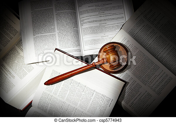 Asociados libros de derecho con el martillo legal, a la luz dramática - csp5774943