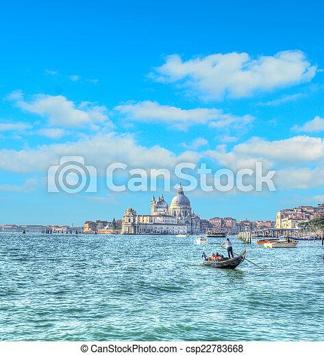 Turistas en Venecia en un día nublado. Efecto de mapeo de tono HDR. - csp22783668
