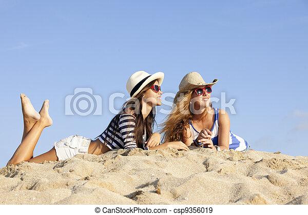 Chicas en la arena en vacaciones de verano - csp9356019
