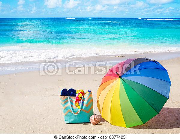 Antecedentes de verano con paraguas arcoíris y bolsa de playa - csp18877425