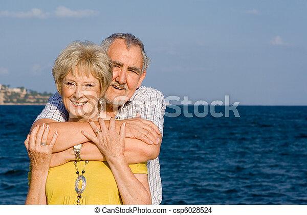 Amar a una pareja retirada en vacaciones de verano - csp6028524