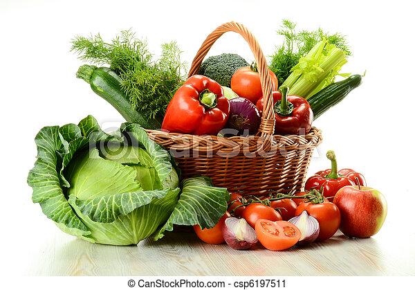 Verduras en la canasta - csp6197511