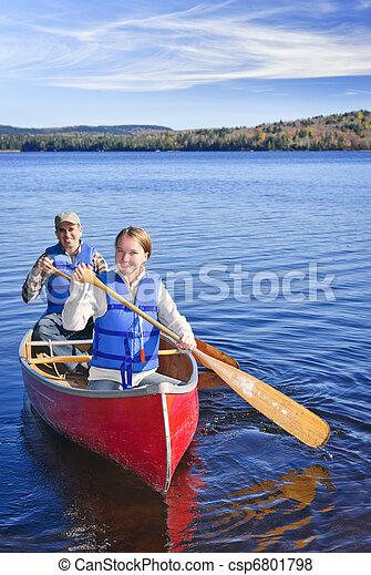 Viaje en canoa familiar - csp6801798