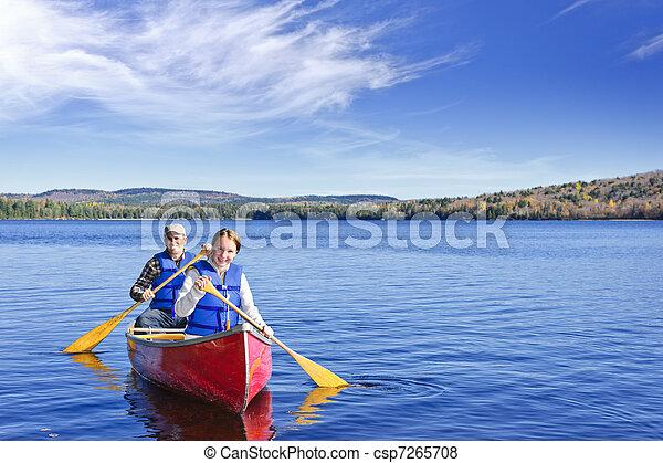 Viaje en canoa familiar - csp7265708