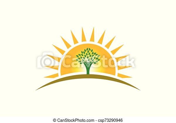 El árbol de la vida en el logotipo del sol. La familia de tres personas es fuerte - csp73290946