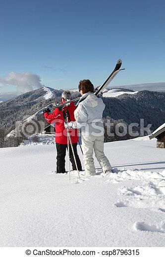 Vieja pareja esquiando - csp8796315