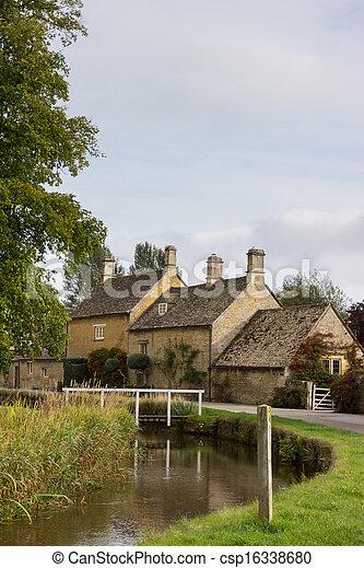 Viejas casas en el barrio Cotswold de Inglaterra - csp16338680