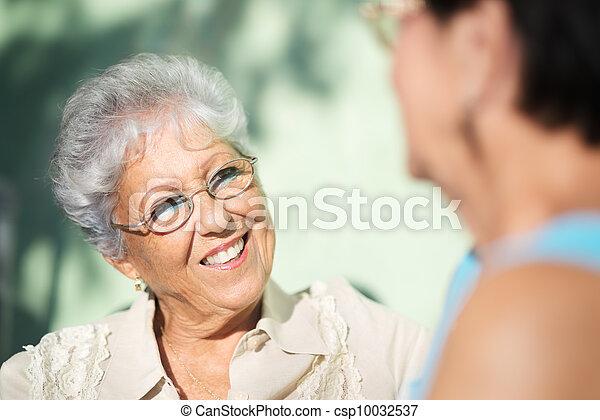 Viejos amigos, dos ancianas felices hablando en el parque - csp10032537