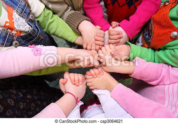 Los niños se han unido a la vista - csp3064621