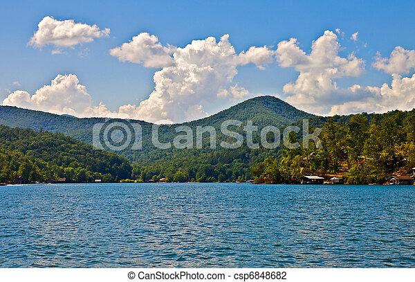 Hermoso lago y vista montañosa - csp6848682