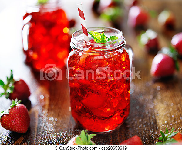 Vivid cóctel de fresa roja en un frasco - csp20653619