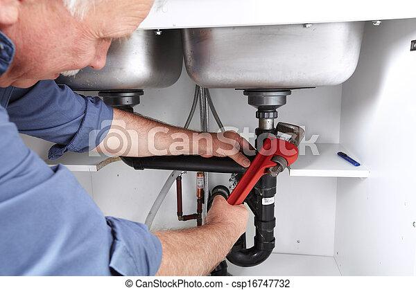 Manos de fontanero con una llave. - csp16747732
